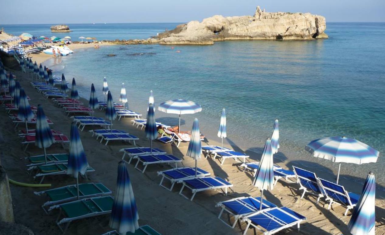 Estate in Calabria tra sdraio, lettino e ombrelloneLe tariffe degli stabilimenti balneari del Vibonese