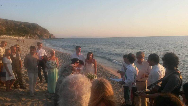 """VIDEO – Dall'Australia a Capo Vaticano per sposarsi  Le immagini del momento del fatidico """"Sì"""""""