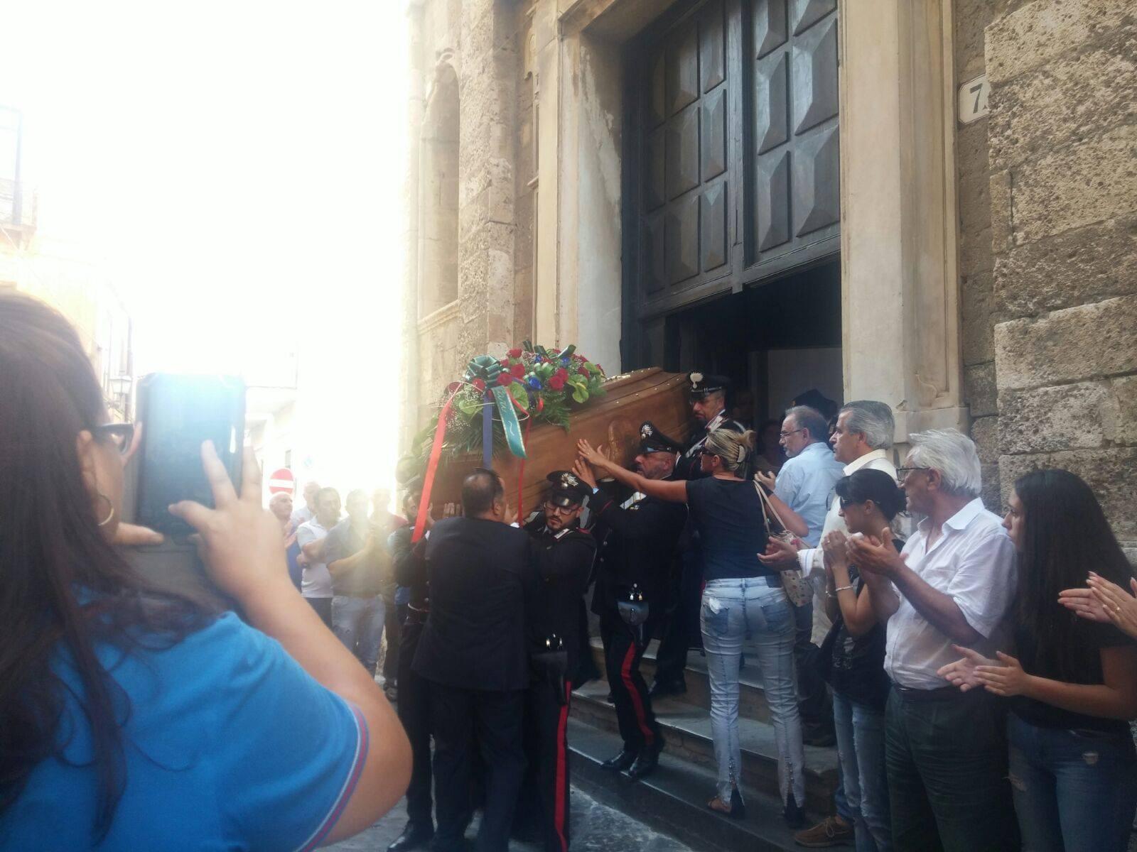 Suicidio maresciallo carabinieri, l'abbraccio di Pizzoai funerali del comandante di Stazione