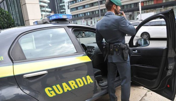 Droga e armi in auto, giovane crotonese arrestato sulla statale 106