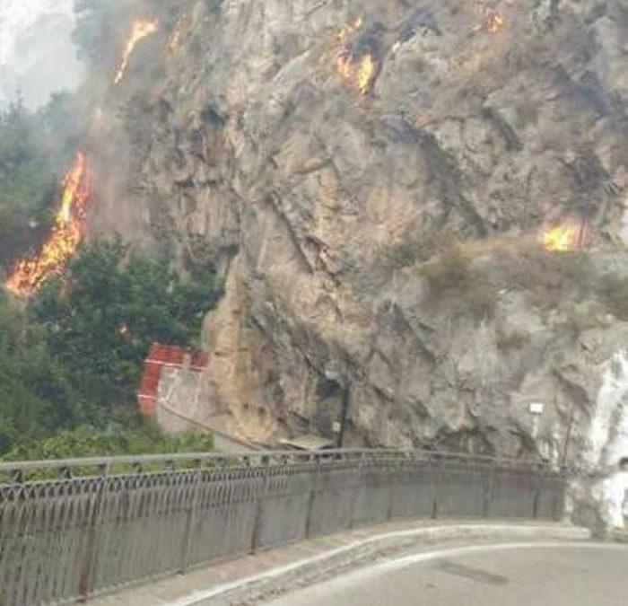 Incendi, ancora fiamme in Campania: chiuso tratto della Costiera amalfitana