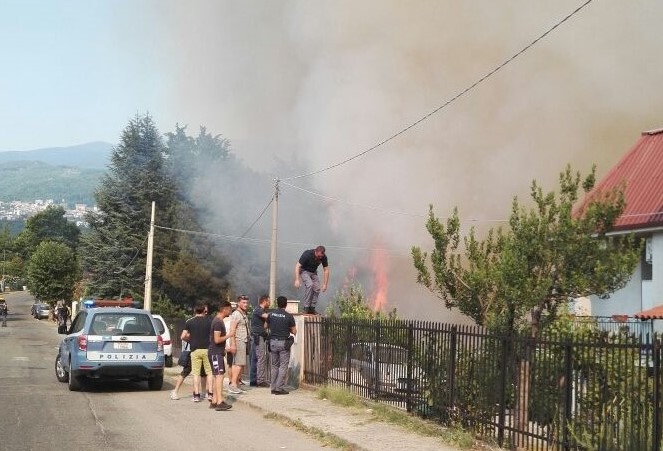 E' emergenza incendi in Calabria, centinaia i roghiBruciano diverse pinete, minacciate case e attività