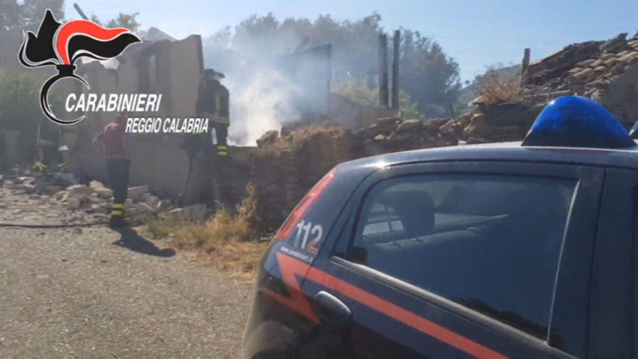 FOTO - Incendio nel Reggino, carabinieri e vigili del fuoco salvano una donna dalle fiamme