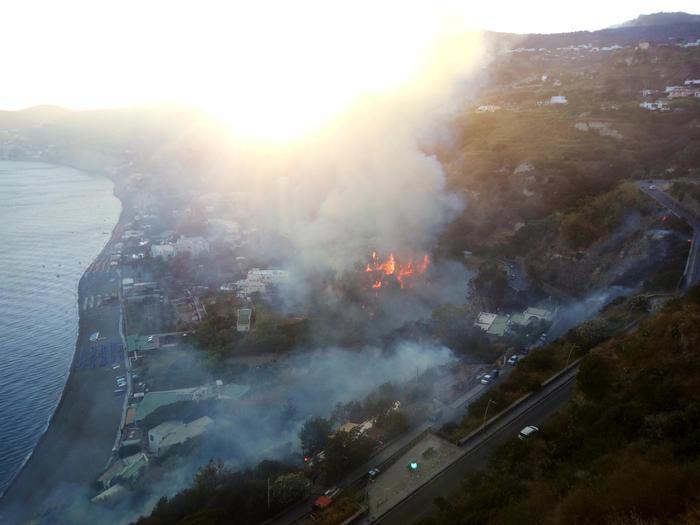 Fiamme a Ischia: case a rischio, minacciato ristorante