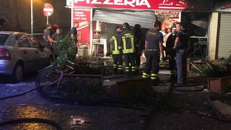 Esplosione e fiamme in una pizzeria di CrotoneBoato nella notte, danni ingenti e matrice dolosa