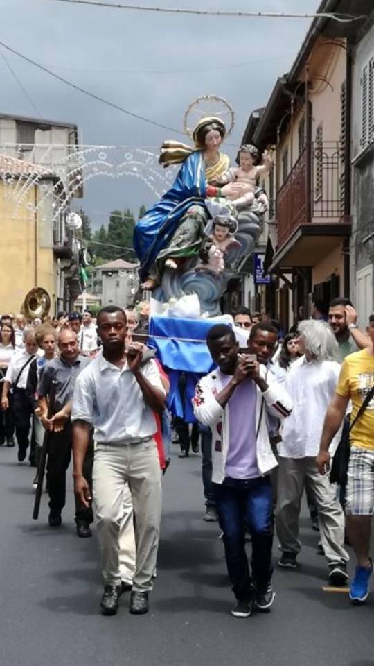 Mongiana (Vibo Valentia): la statua della Madonna la portano in processione i migranti