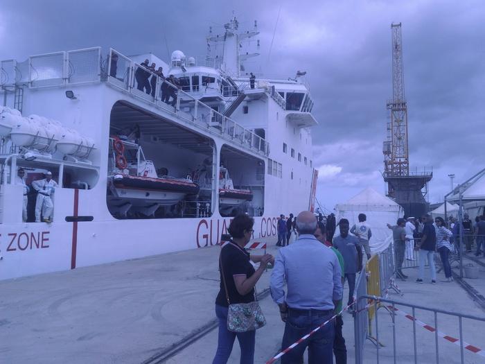 Oltre 400 migranti arrivati a Reggio Calabria: sette donne in stato di gravidanza e due casi di varicella