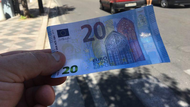 Paga con banconote da 20 euro false, coppia del Potentino denunciata