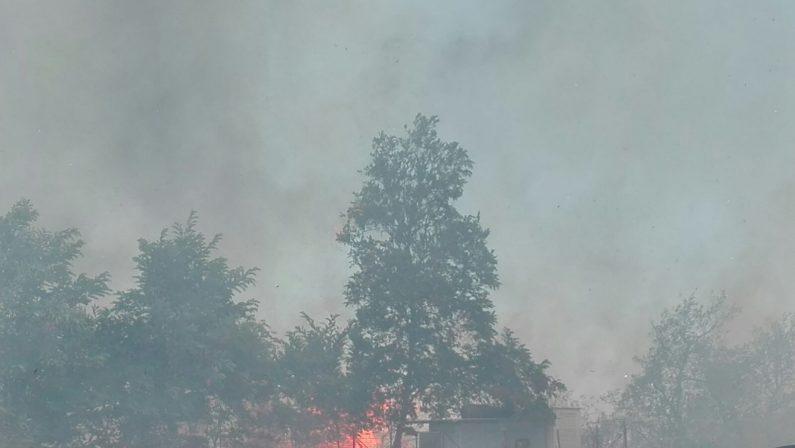 Emergenza incendi: a Pizzo le fiamme dal mare fino alla Statale 18. Minacciato un supermercato