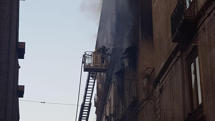 VIDEO - Cosenza, i vigili nel fuoco nel palazzo del centro storico distrutto dall'incendio