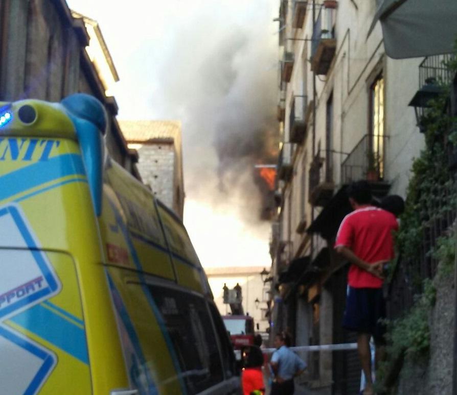 Incendio nel centro storico di Cosenza, spunta l'ipotesi dolosa nei confronti delle vittime