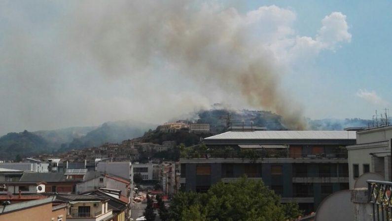 Emergenza incendi in Calabria: molti i roghi attiviA Cosenza ore di paura: evacuata una casa famiglia