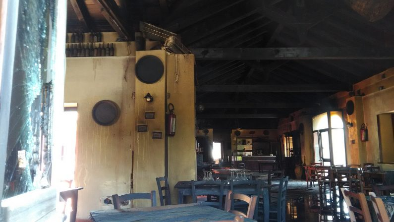 FOTO - Incendio in un noto ristorante di CatanzaroLocali distrutti dal rogo di origine dolosa