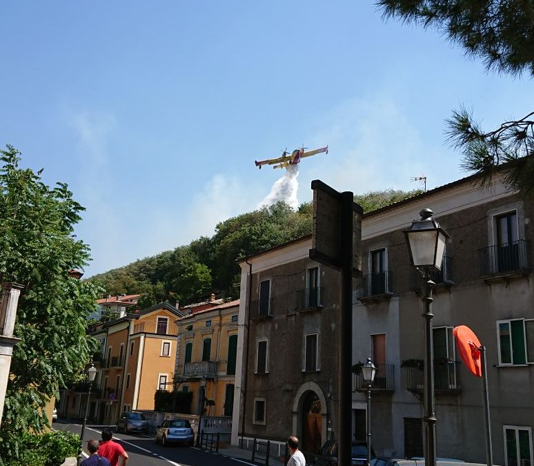 VIDEO – Emergenza incendi in provincia di Cosenza  Fiamme lambiscono l'abitato di San Fili