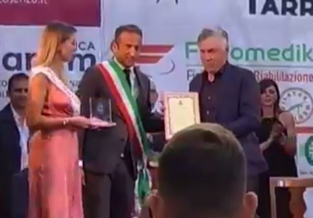 Ancelotti cittadino onorario di Lago. E intanto gioca a carte in piazza