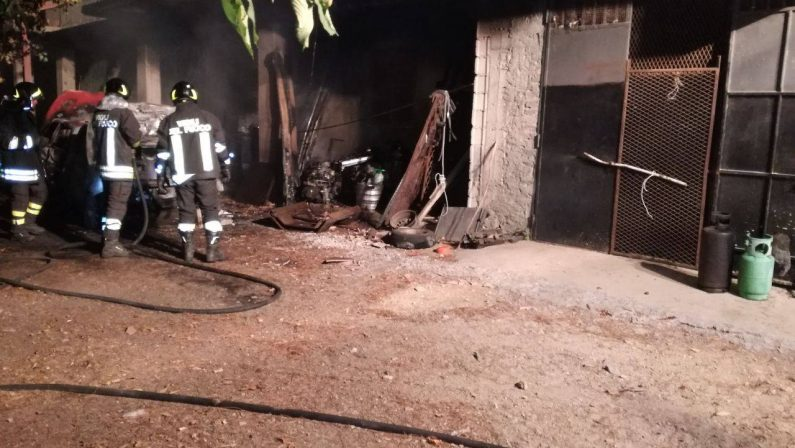 FOTO - Incendio distrugge due auto e un furgonePaura nel Crotone per la presenza di bombole Gpl