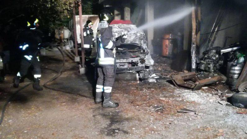 Incendio distrugge due auto e un furgone nel Crotonese  Immobile a rischio per la presenza di bombole Gpl