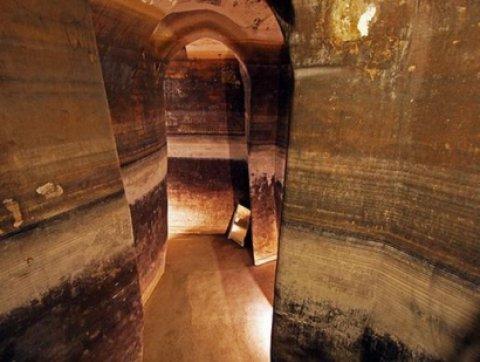 """Afa a Matera, i turisti scoprono il """"palombaro lungo""""  Refrigerio nell'antico serbatoio di acqua piovana"""