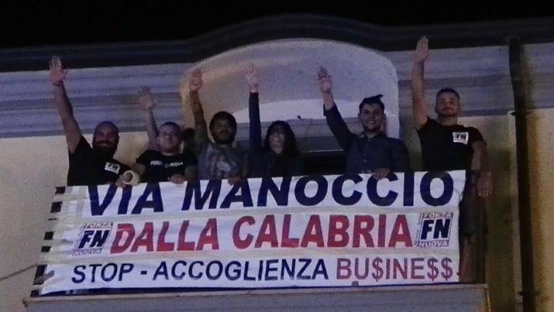 Forza Nuova attacca Manoccio, esposto uno striscione durante il concerto di Povia nel Cosentino