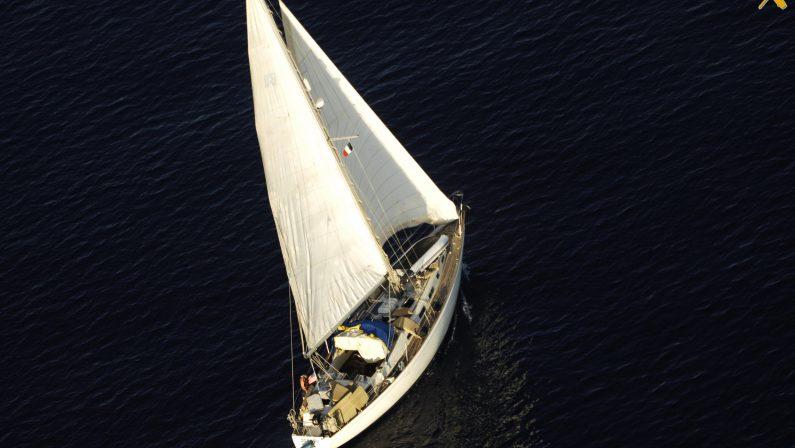 Due scafisti bloccati dopo uno sbarco nel Crotonese  Il veliero inseguito e bloccato in alto mare