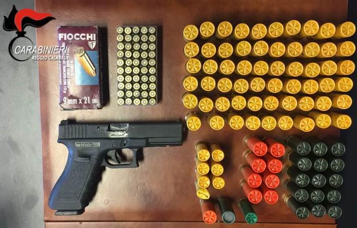 Armi e munizioni nascoste in casa a ReggioArrestato da carabinieri un uomo di 68 anni