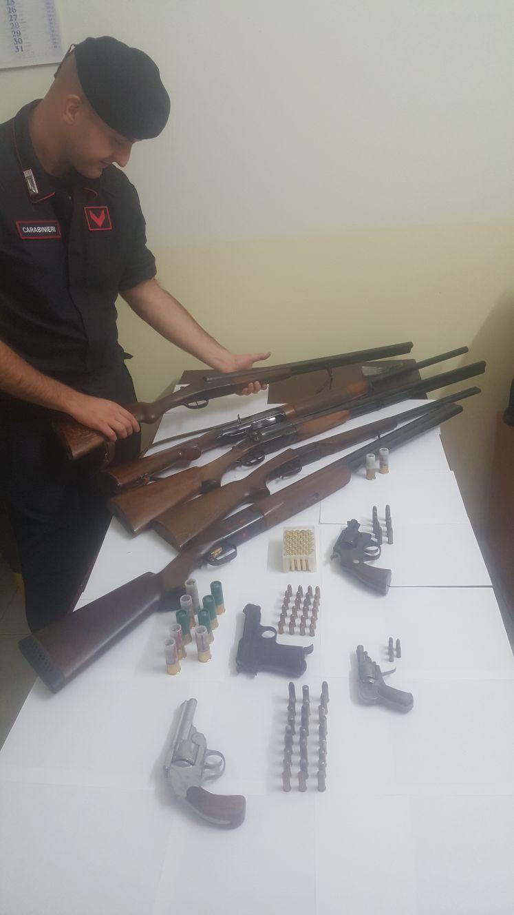 Detenzione di armi clandestine insieme a quelle regolarmente denunciate: la scoperta nel Crotonese
