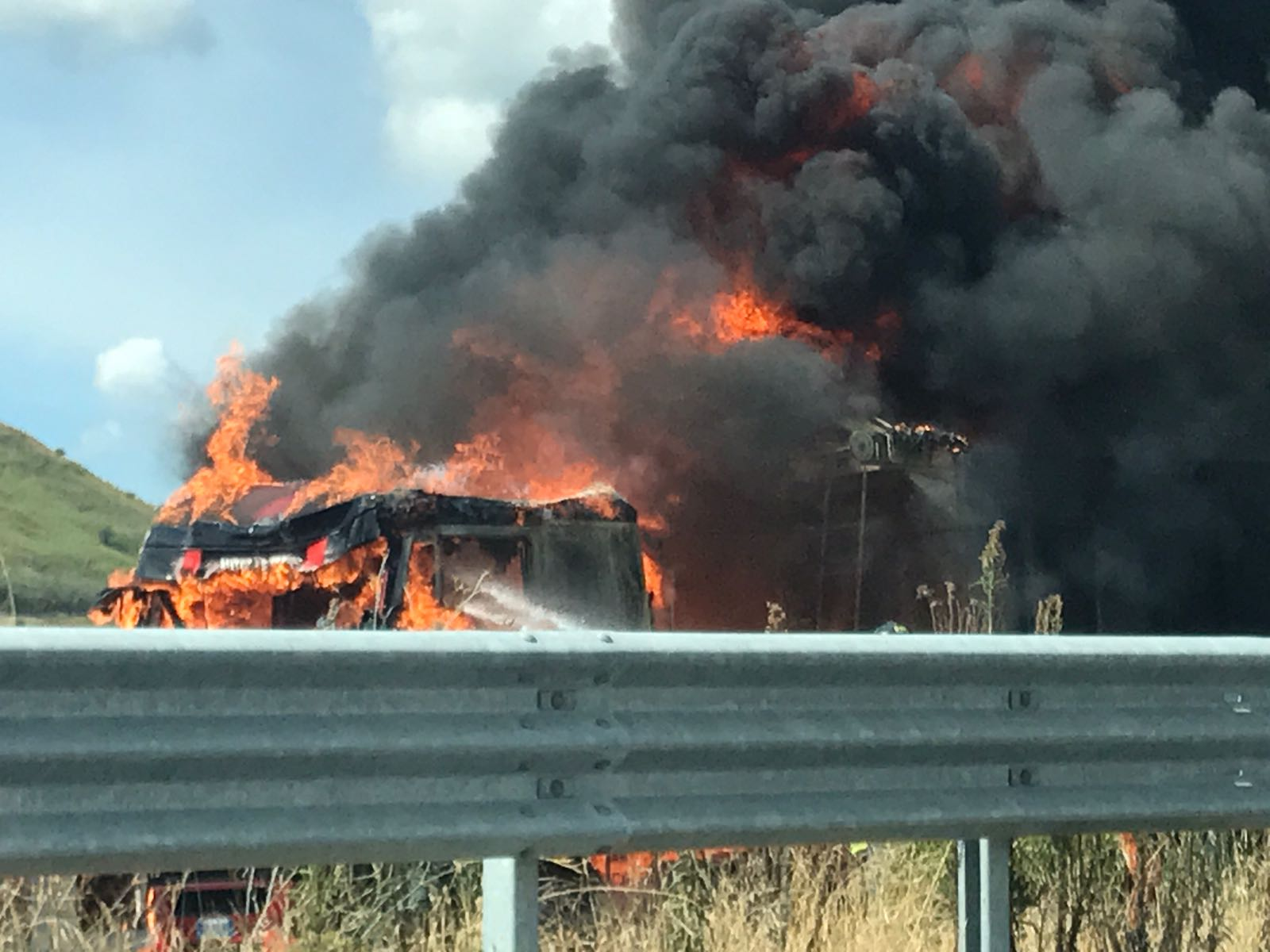 Paura a Catanzaro, un camion in fiamme sulla strada per Germaneto