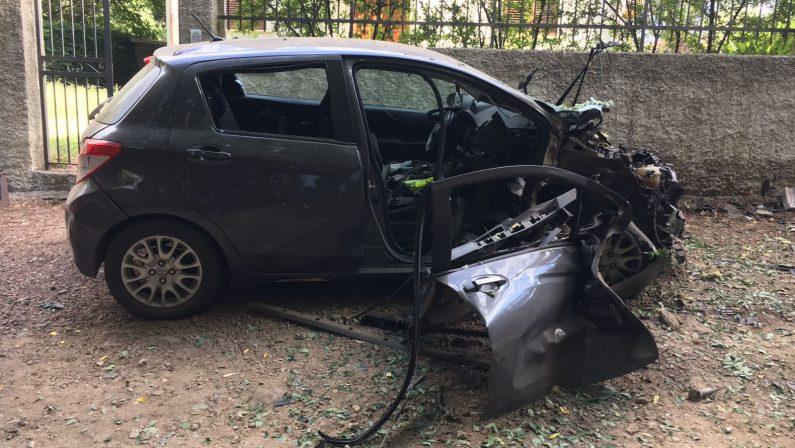 FOTO - Automobile distrutta da un'esplosione, violenta intimidazione al sindaco di Taurianova Scionti