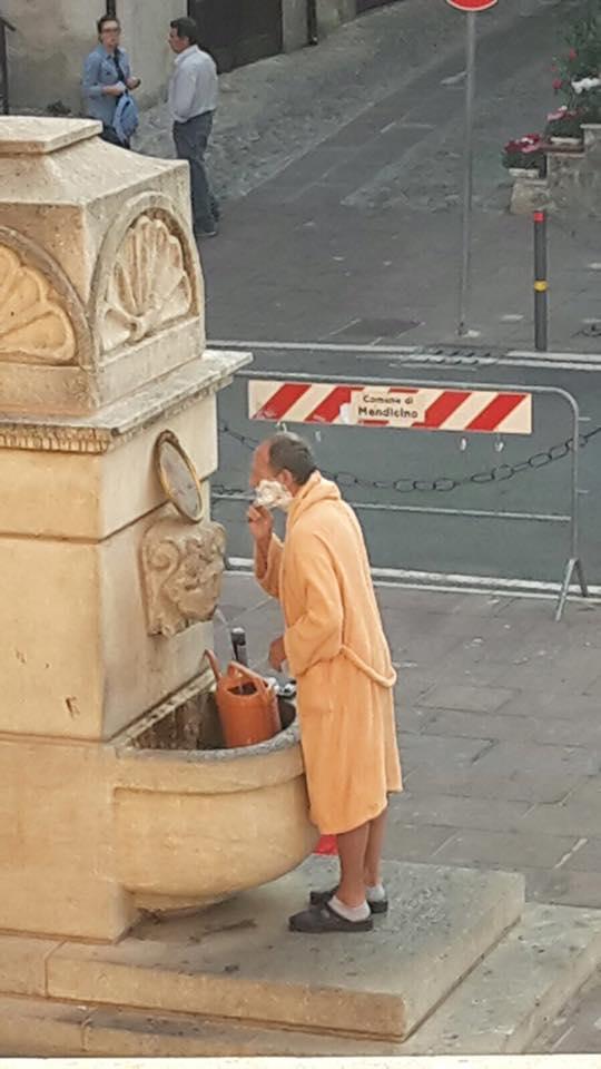 VIDEO - Esce in accappatoio e si fa la barba in piazzaSingolare protesta a Mendicino in provincia di Cosenza