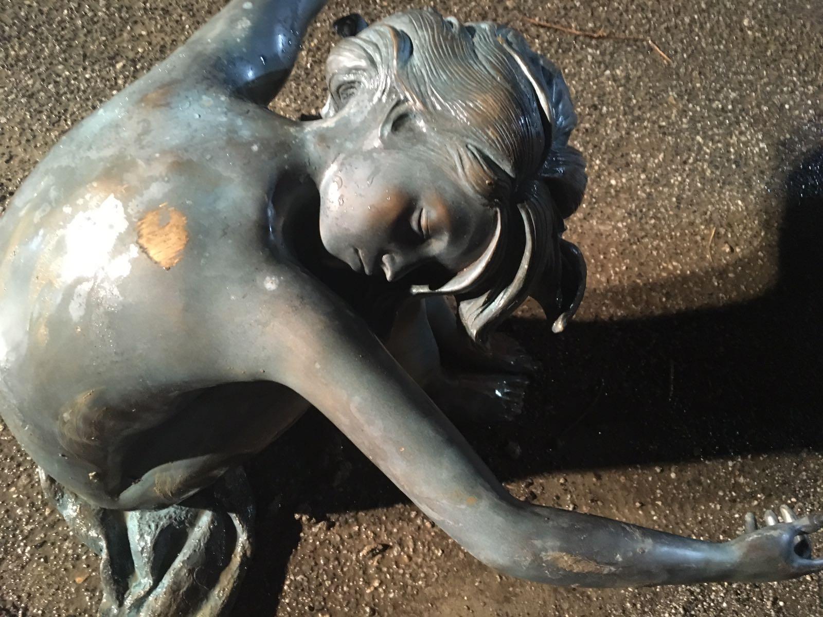Vibo, il lago Angitola si ritira per la siccità ed emerge dal fondale una statua in bronzo di una ragazza