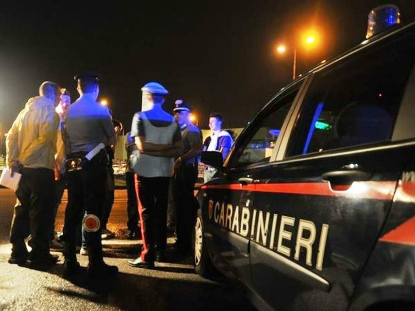 Tentano di disfarsi della droga al posto di blocco: arrestati nel Potentino