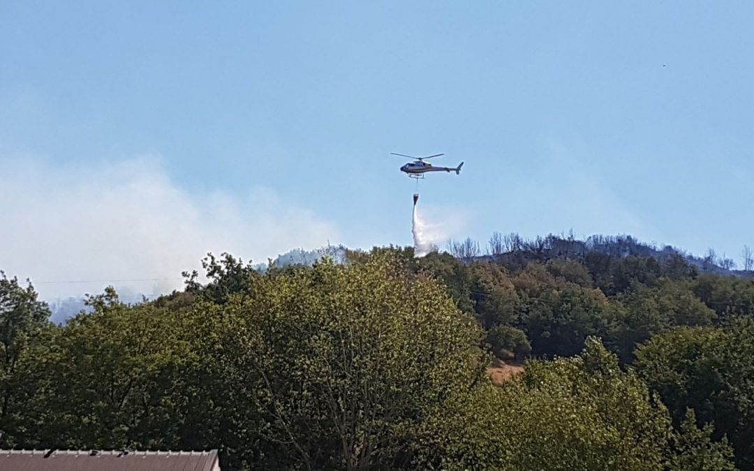 L'intervento di un elicottero antincendio