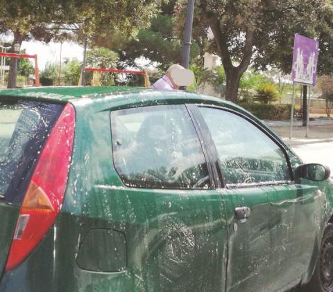 Locri, lavaggio auto in piazza