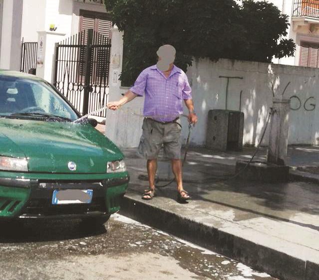 Locri, lava la macchina alla fontana della piazzaFinisce su Facebook e viene multato dai vigili