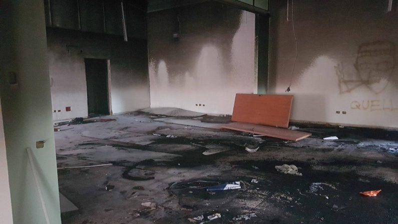 In fiamme centro comunale destinato a disabiliIntimidazione a Reggio. Il sindaco: «Ricostruiremo»