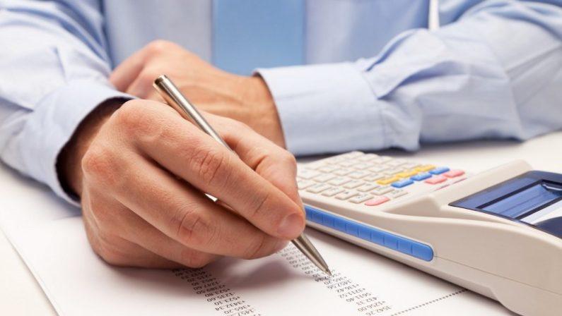 Dipendente società di riscossione crediti in malattia lavorava in Caf: denunciato