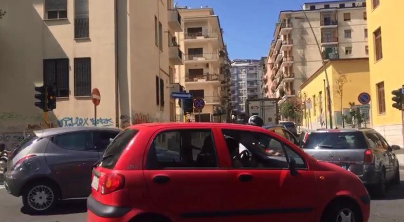 VIDEO – Traffico nel caos a Cosenza: via Misasi chiusa in via sperimentale, automobilisti furiosi