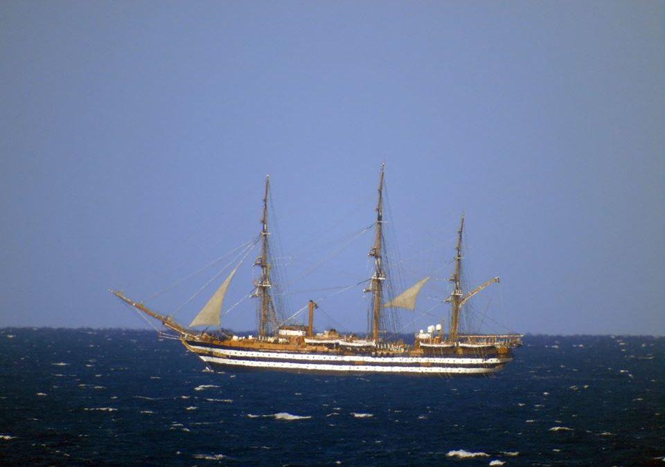 VIDEO – La nave scuola della Marina Amerigo Vespucci al largo di Scalea