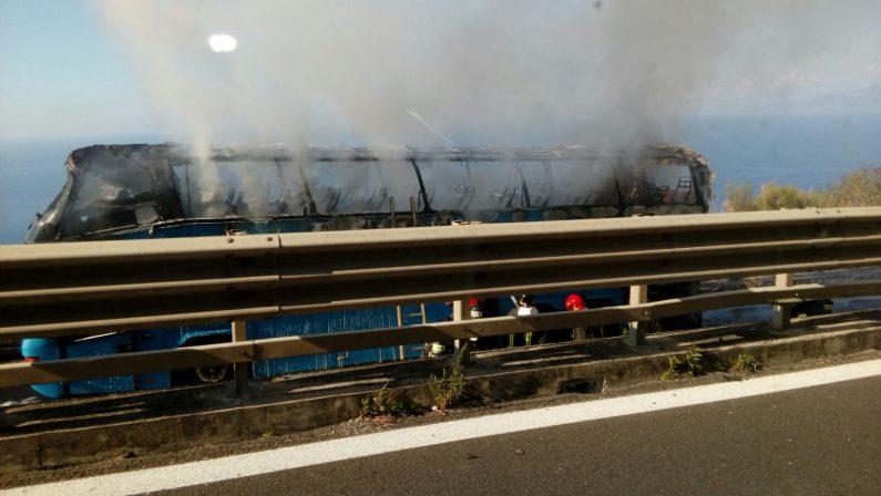 Autobus in fiamme sull'Autostrada nei pressi di ViboIl mezzo di trasporto totalmente distrutto dal fuoco