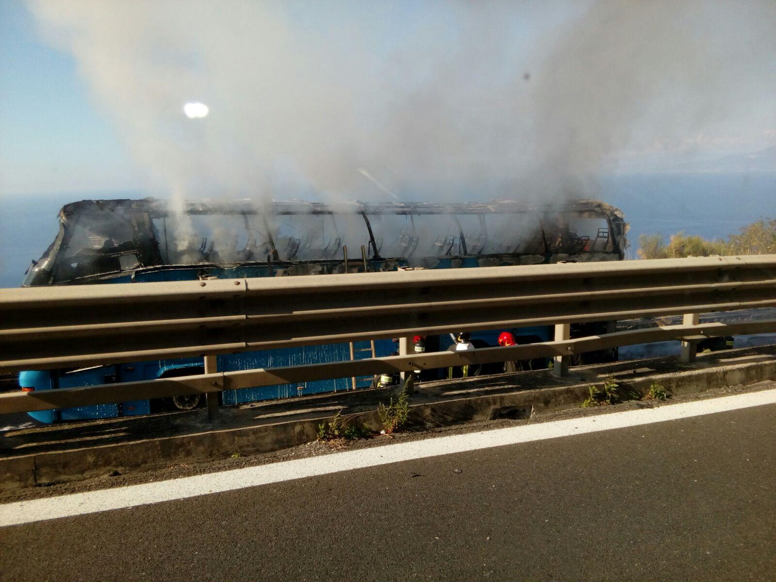 FOTO - Autobus in fiamme sull'Autostrada vicino ViboLe immagini del mezzo distrutto dalle fiamme