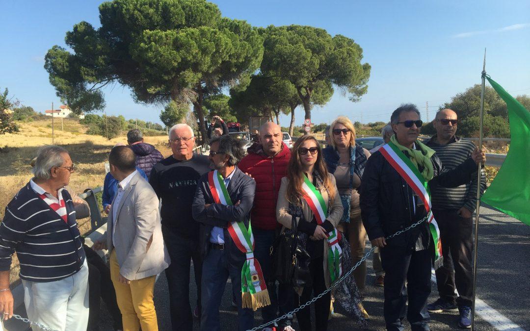 Il sindaco di Amendolara Cimminelli incatenato insieme ai rappresentanti dei Comuni di Villapiana e Trebisacce