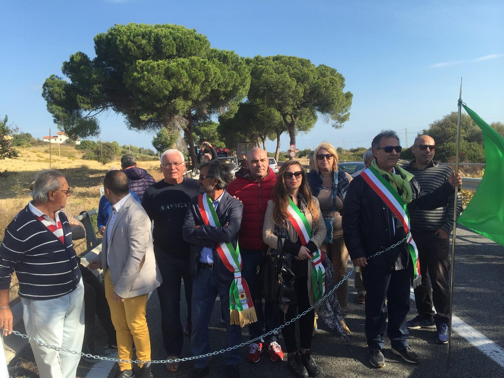No al nuovo tracciato della Statale 106, sindaco si incatena nel Cosentino: disagi per gli automobilisti