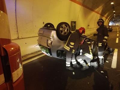 Scontro nel Catanzarese in galleria sulla statale 106Coinvolte tre autovetture, quattro le persone ferite