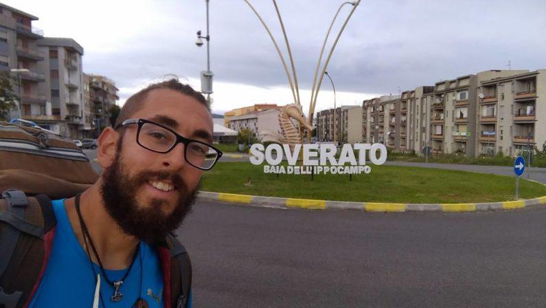 Michael Zani, passa dalla Calabria il suo giro a piediDa Aprile attraversa l'Italia con soli 5 euro al giorno