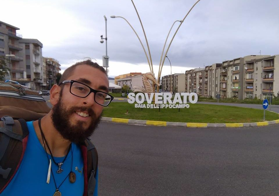 Michael Zani, passa dalla Calabria il suo giro a piedi  Da Aprile attraversa l'Italia con soli 5 euro al giorno