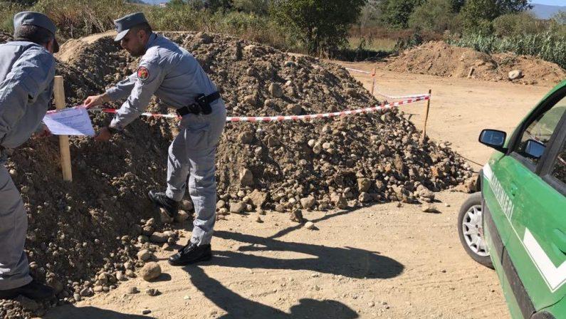 Imprenditore sorpreso a prelevare inerti dal letto del fiumeDenunciato dai carabinieri forestali a Montalto nel cosentino