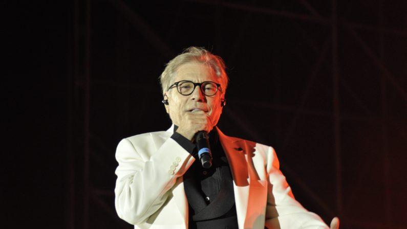 Nino D'Angelo per la prima volta in concerto a CosenzaIntervista dal bimbo oggi cronista che gli portava il caffé