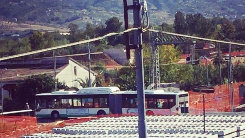 Autobus resta bloccato nel passaggio a livello: l'autista accelera e sfonda la sbarra prima dell'arrivo del treno