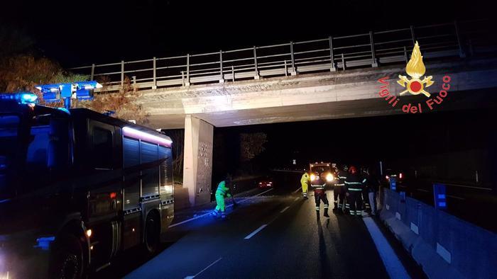 Cadono calcinacci, traffico bloccato sulla statale 280La seconda volta in un mse nel tratto Marcellinara-Settignano