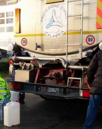 Guasto alla rete idrica di Catanzaro, molti disagiAutobotti della Protezione civile per fornire acqua